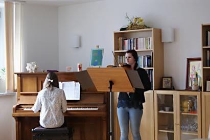 Emilia Kunz (Geige) und Marylou Leffler (Klavier) auf der Ilmenauer Palliativstation