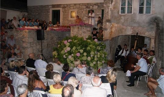 Theater in den alten Gassen von Preko