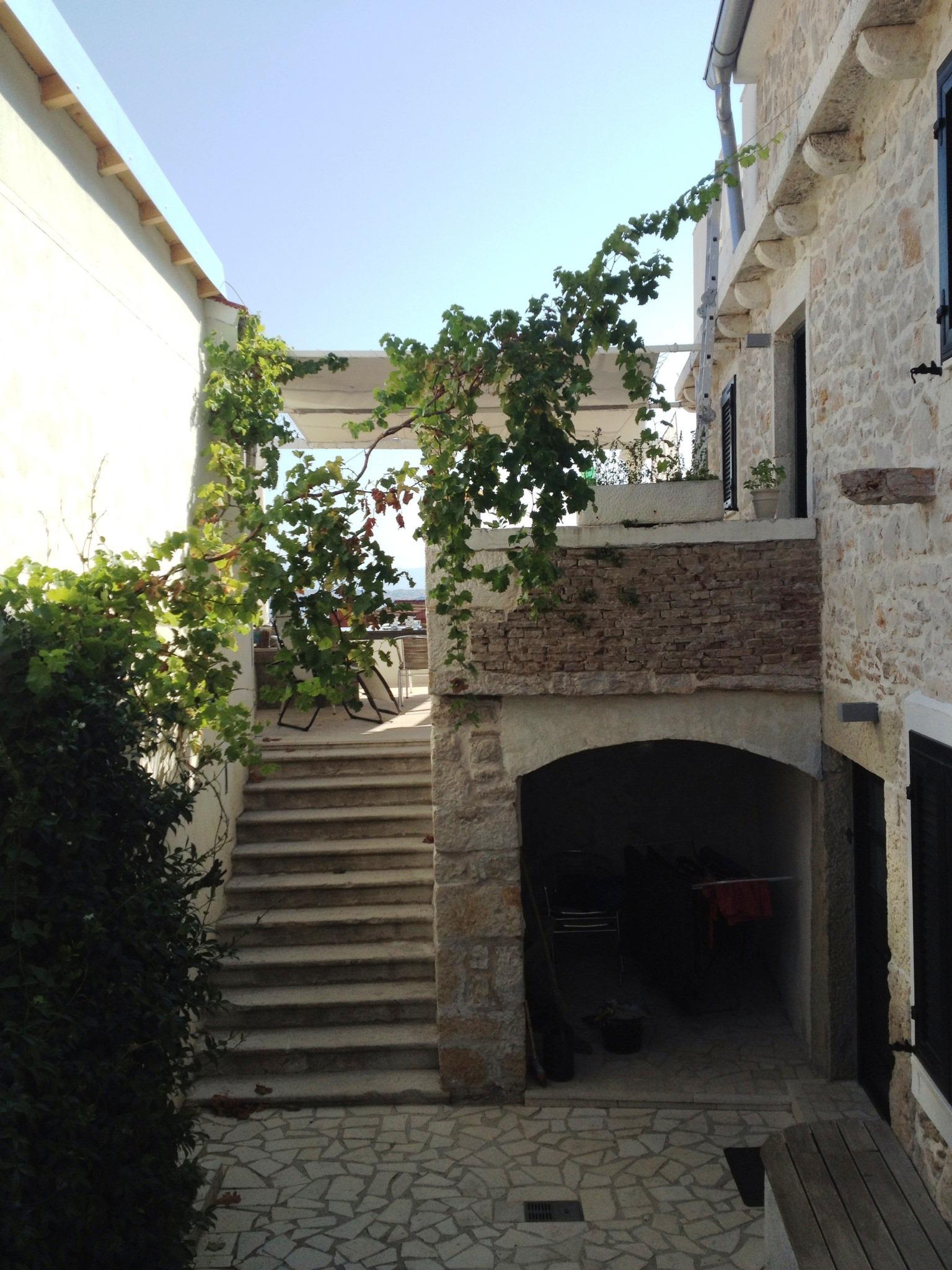 Innenhof mit Treppe zur Terrasse