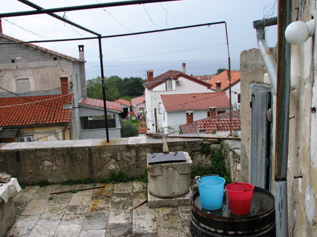 Zisterne und Terrasse