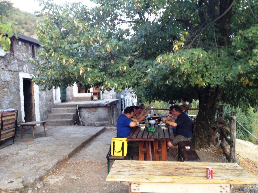 Tolle Gastgeber in den Hütten, gemeinsames Abendessen.