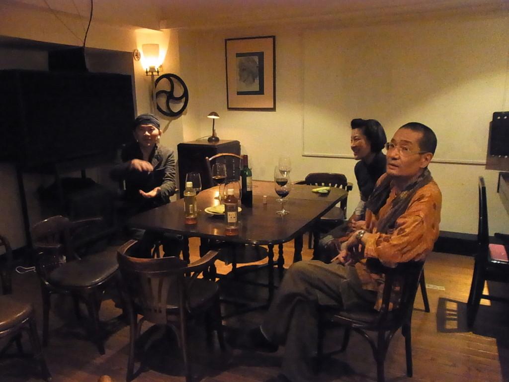舞台のあった場所で茶会記オーナーと乾杯!