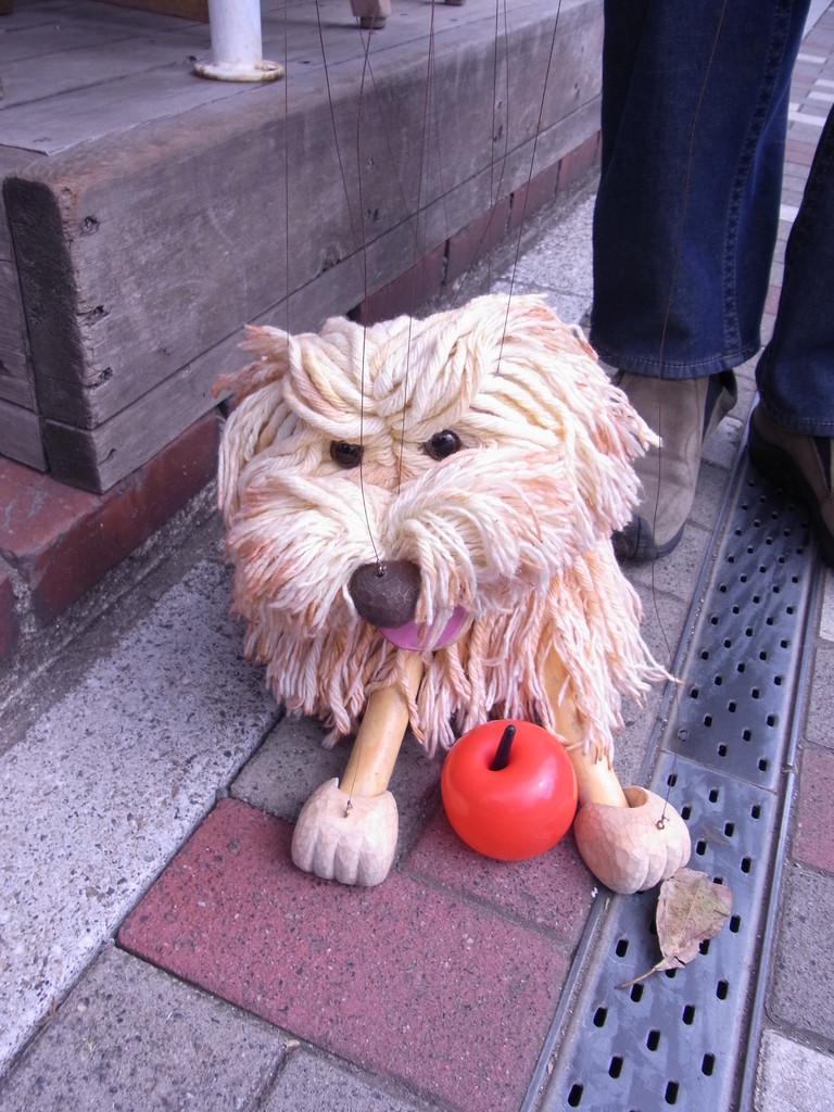 通りすがりのおじさんにバルーンアートのりんごを作ってもらったモフィー