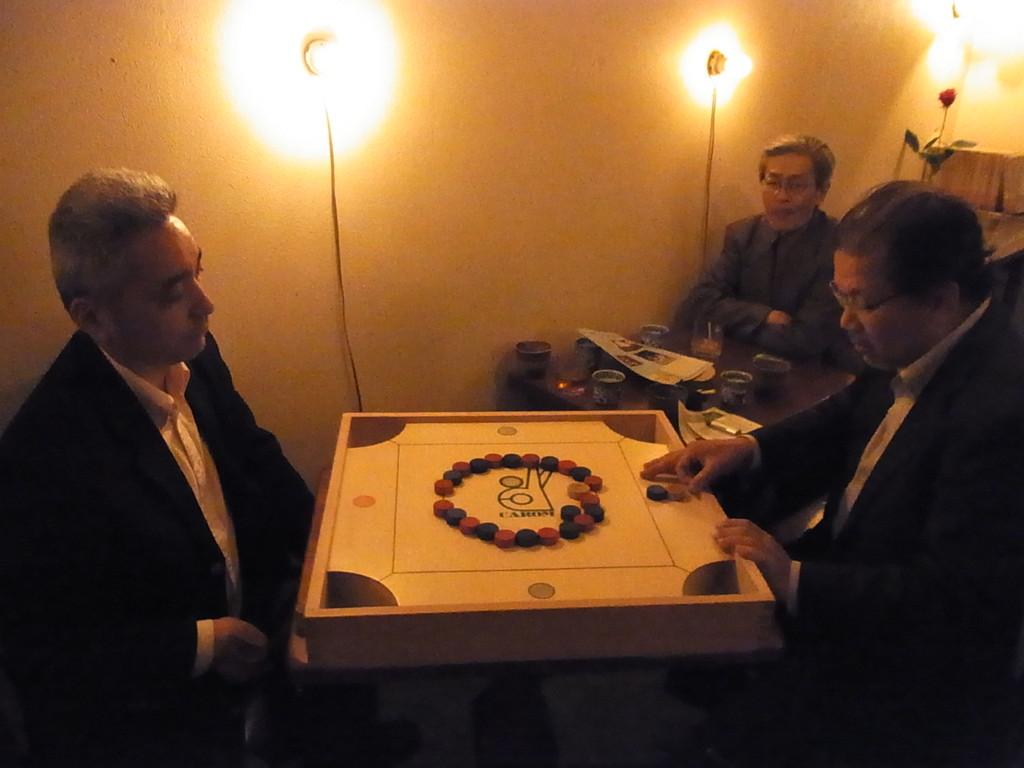 茶会記では『カロム』ゲームの同好会が渋く開催されております。