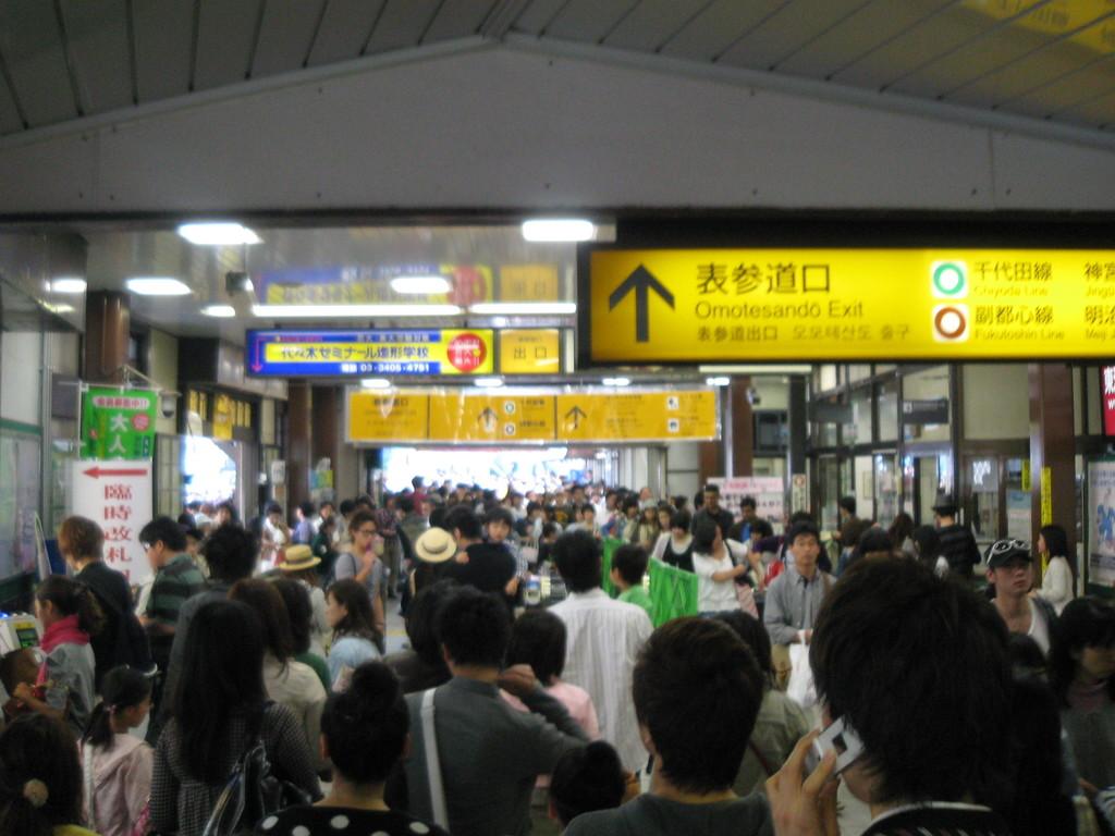 2010年5月2日(日)JR原宿の改札口