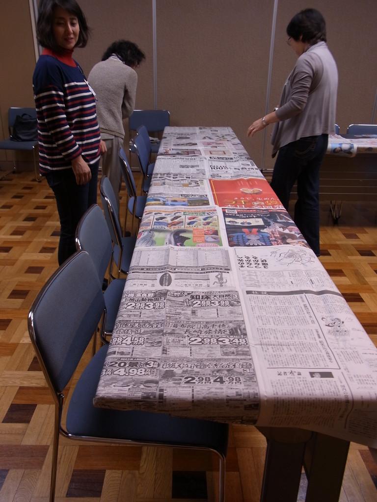 安心の、長テーブル新聞紙巻き