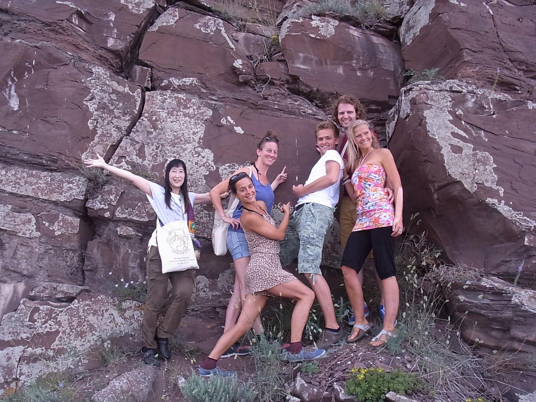 オランダの劇団の人達と壁画のある岩壁へ登りました。