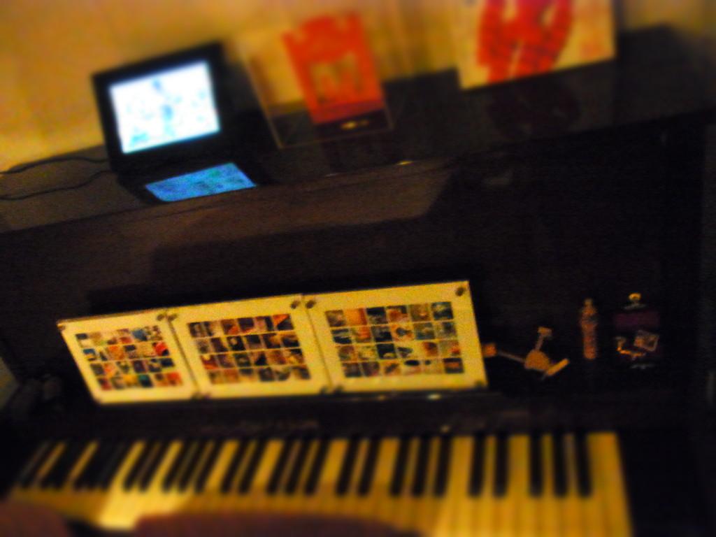 お店のちっちゃなピアノ ♪