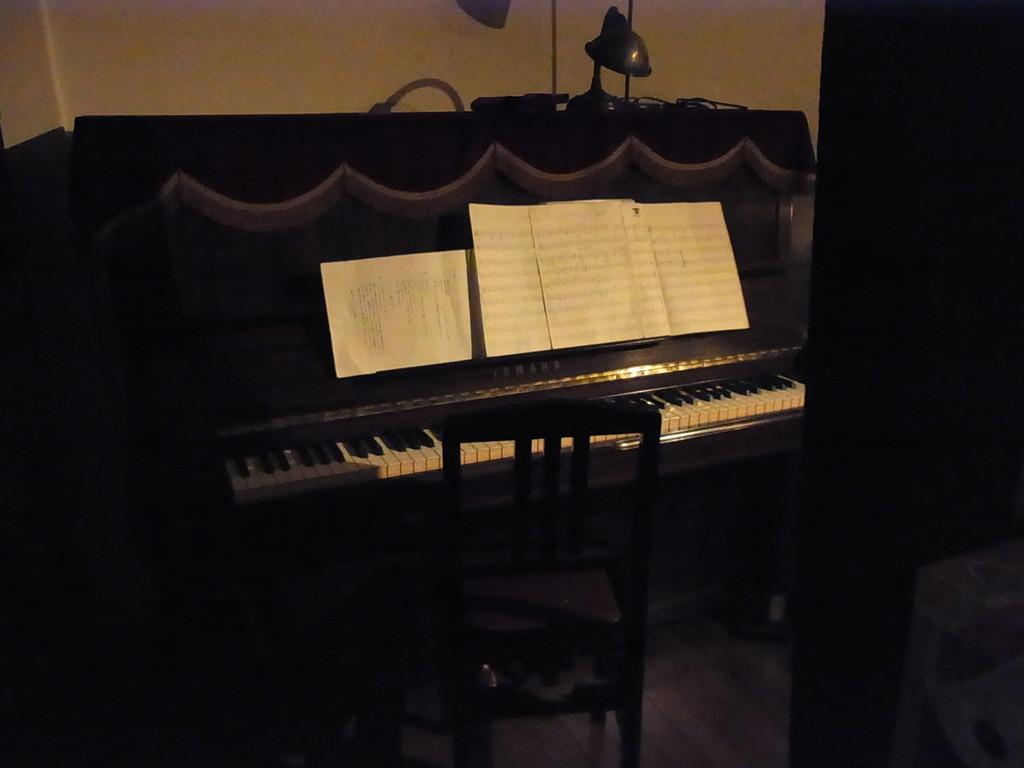 スクリーン裏から見たピアノ♪