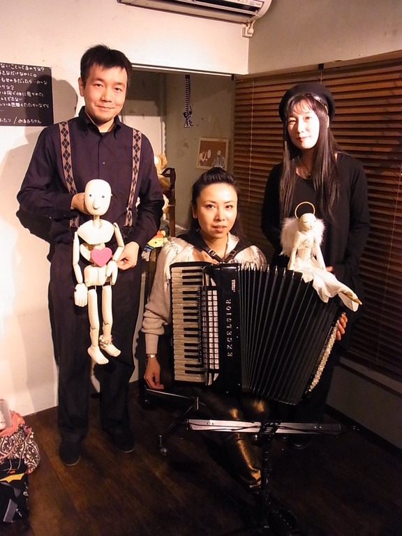 ク・クゥのマリオネットを創っている工藤和也氏。