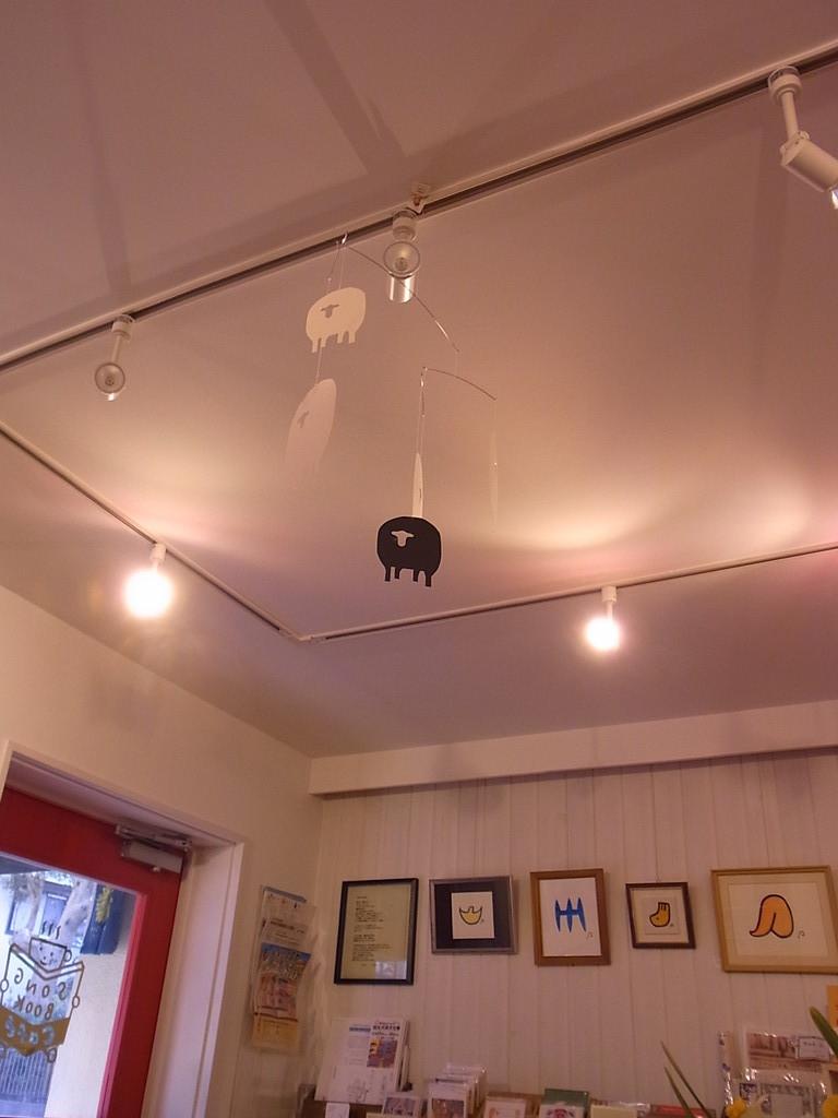 天井にはモビールがゆらゆら。一匹だけ黒ひつじ。