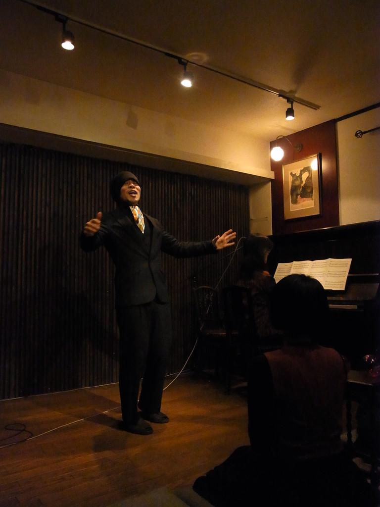 鷹羽正臣さんは朗々とカルメンを歌い終えた後に、