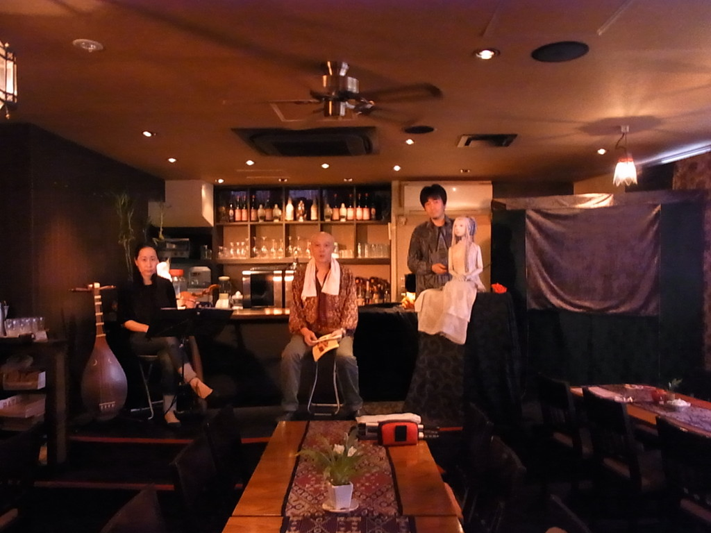 今回の舞台はレストランのバーカウンター。トークショーも!