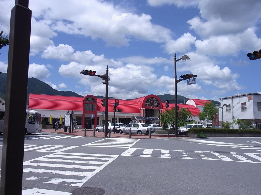 JR飯田駅。赤いりんごがイメージのかわいい駅舎。