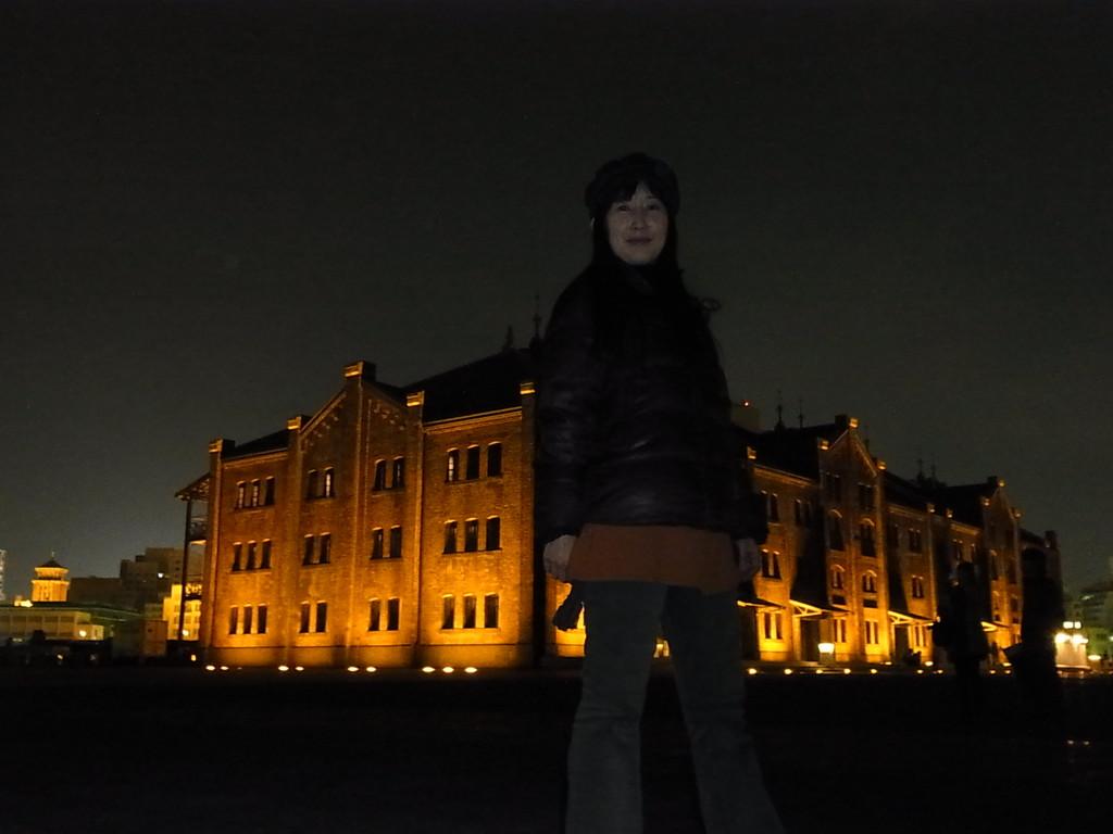 夜の赤レンガ倉庫をしょって立ってみました☆