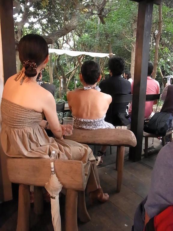 お客様が座っている木製の椅子もステキ。