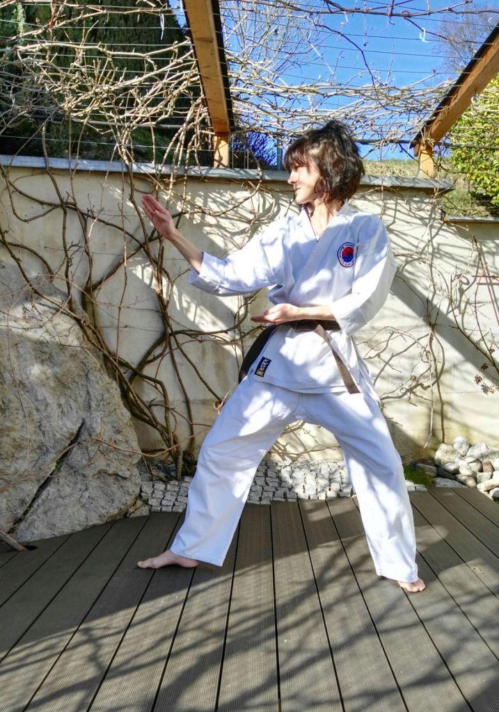 Manu läuft Chung-Mu Hyong im Garten