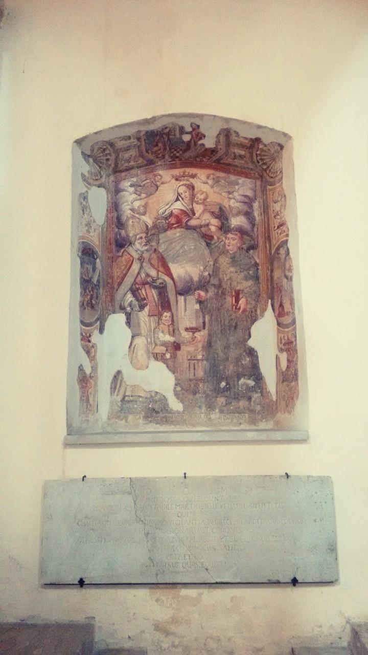 Affreschi del XV secolo e lapide