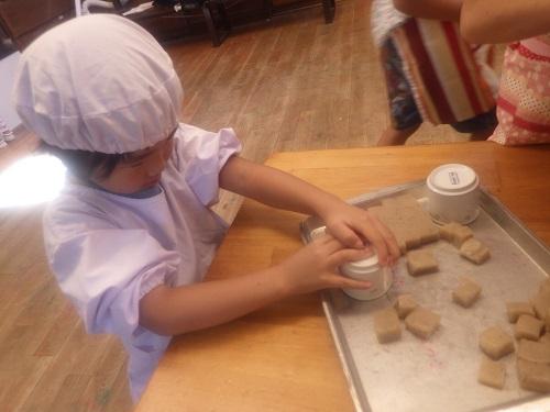 収穫祭「コップで豚汁にいれるこんにゃくを切りました!初めての経験にそらぐみは大興奮! (4歳児)」