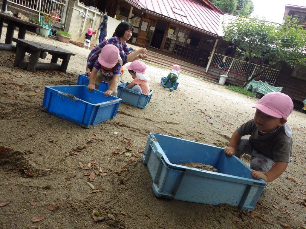 コンテナに砂やおもちゃを入れて、よいしょよいしょ!と押したり、からのコンテナをびゅんびゅん押し走って楽しんでいます。