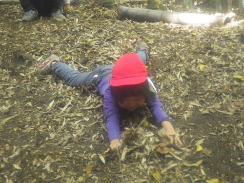 秋あそび「お山の落ち葉はフカフカで気持ちいい。ついつい寝ころんじゃいました♪(3歳児)」