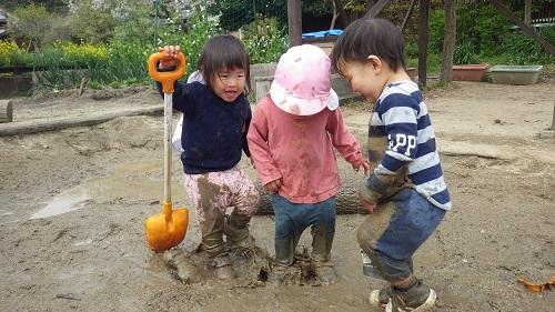あそび:とろとろの泥の感触味わってます!