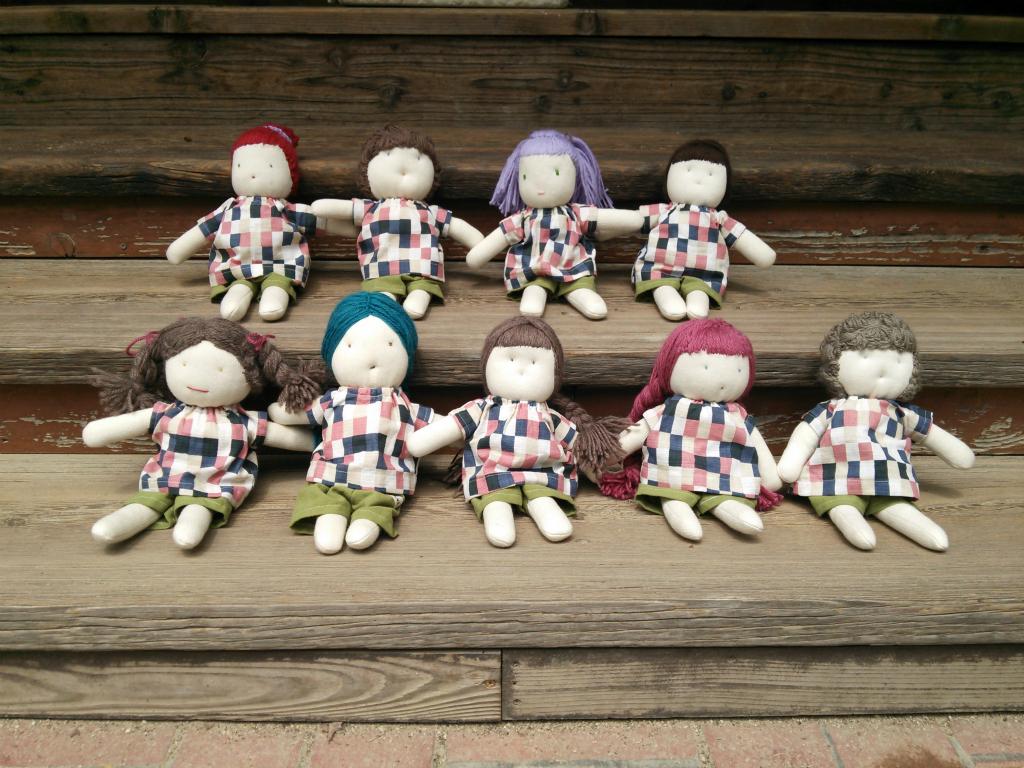 1歳児(うさぎぐみ)は、一人ひとりに世界に一つの自分だけの「マイ人形」をプレゼントします。目と口は親御さんに刺繍してもらい命をふきこみ本体、髪の毛、洋服は、職員の愛情が込もった手作りです。軍足でできている温かみのある人形。人形用のおんぶ紐でおんぶをしたり一緒にお昼寝をしたり、子どもたちのかわいらしいパートナーです☆