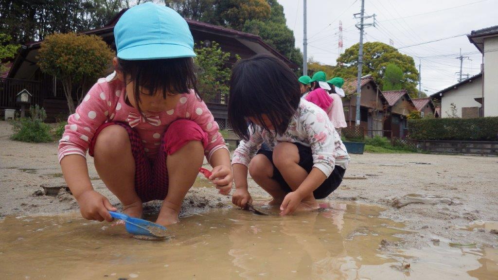 「戸外あそび」雨上がりは絶好の泥あそびの環境。ぴちゃぴちゃ、ぐにゅぐにゅ、べちょべちょ、いろんな感触は身体も心にも良い刺激です。