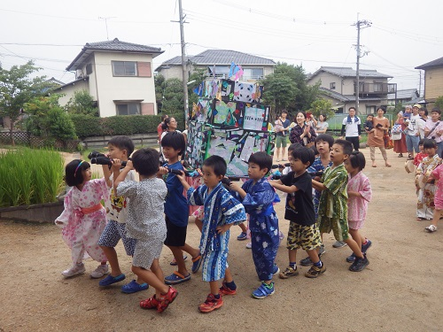 ピッコロ夏まつり:みんなで飾りつけをしたお神輿を担いでワッショイ!ワッショイ!練習した炭坑節も輪になって踊りました。