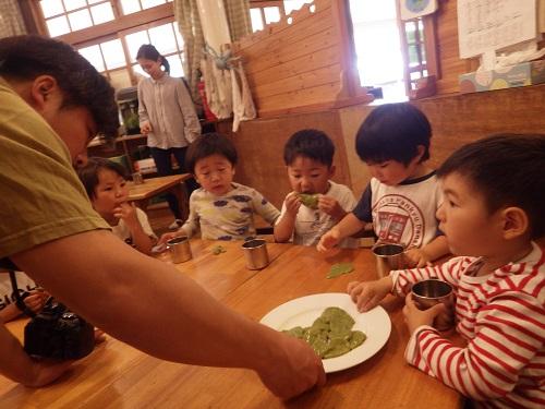 こねこね混ぜて、丸めて、茹でて頂きました。かすかなヨモギの味も感じられ、「おかわり!」と手をのばす子ども達。