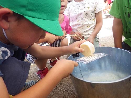 天然油脂からできた安全な固形石鹸を削ってオリジナルシャボン玉液を製作中!水と混ぜて…さぁうまくいくかな?