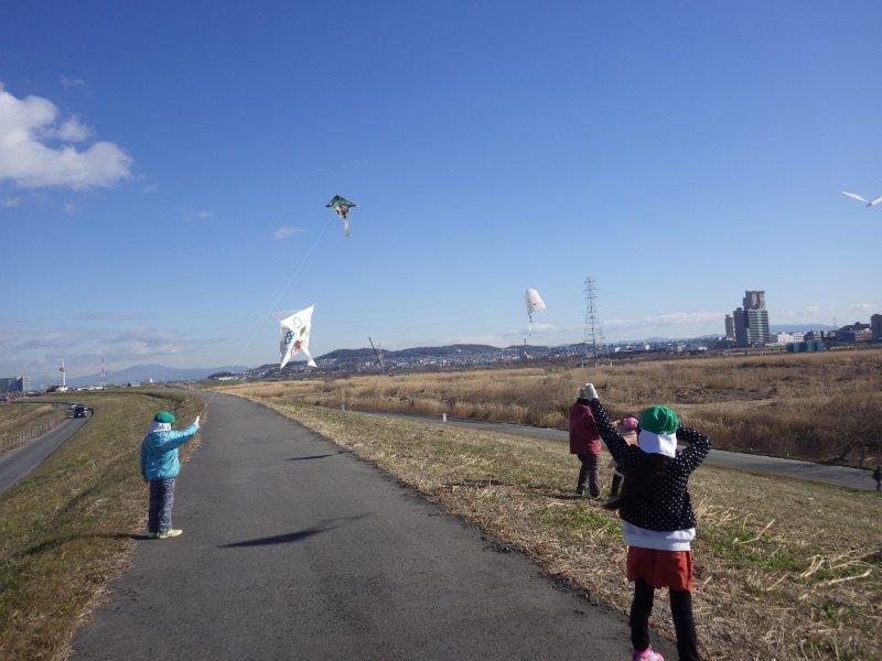 手作りの凧を持って淀川の堤防まで凧あげにいきました。