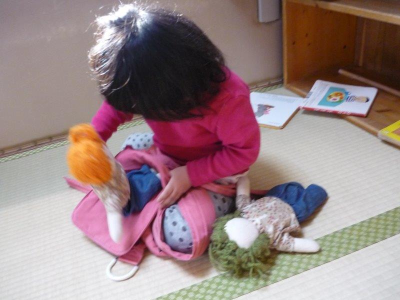 マイ人形を作ってもらったひよこぐみ✿「ねんね~」と寝かせたり、おんぶ紐でおんぶをしたり、かわいがる姿がとてもかわいらしいです。