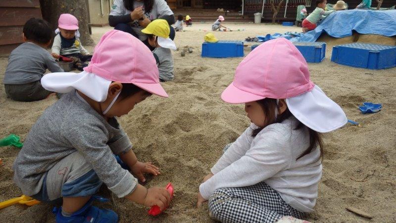 うさぎぐみ(1歳児)「砂の感触はいろいろね。」