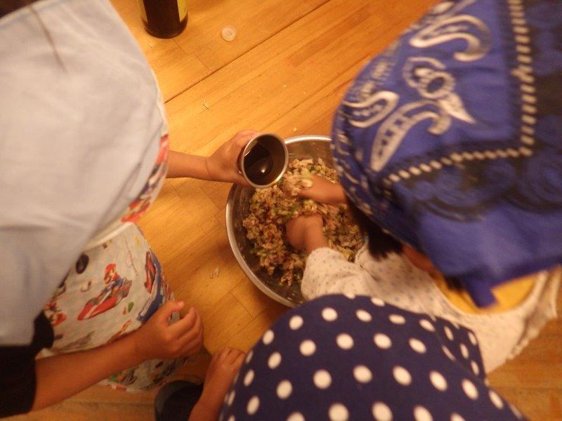やまぐみ(5歳児)「餃子つくり!              切って混ぜて包んで、子どもたち同士で言い合いアドバイスし合いながら楽しそうに作っていました。