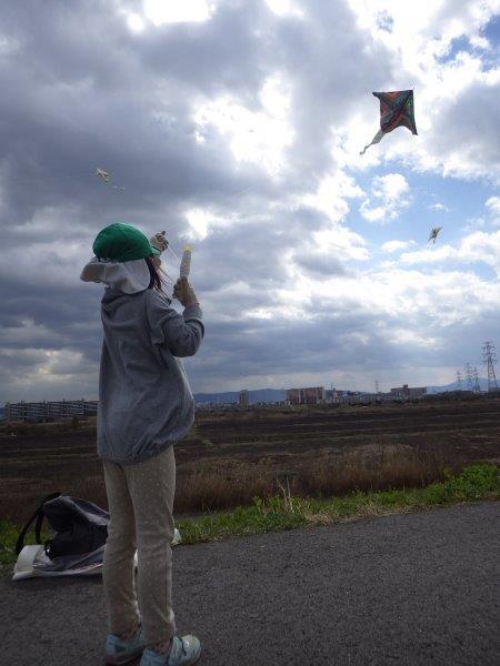 【凧あげ】やま・そらぐみは毎年和紙と竹ひごで作った手作り凧で淀川堤防まで凧あげに行きます。だんだんコツをつかむと上手にあげる子どもたちです。