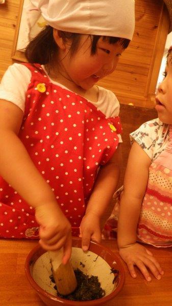以上児(3・4・5歳児)「そしてみんなでヨモギ団子作り☆すり鉢でヨモギをすって、白玉粉と砂糖・水をこねこね混ぜて、丸めて、茹でていただきました。」