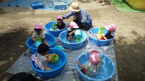 うさぎ組は(1歳児)はタライプール、つき組(2歳児)は丸いプールで水の冷たい感触を楽しんでいます。暑い夏はプールが1番!!