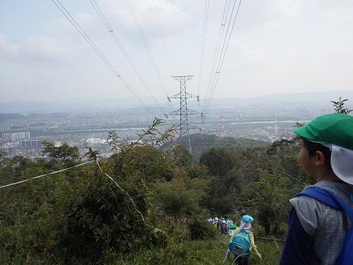 秋の遠足「4.5歳児は梶原山にいきました。険しい道も立派に登り切った子ども達。 頑張って登った山の頂上からみる景色は絶景!頑張ってよかったね。(4・5歳児)」