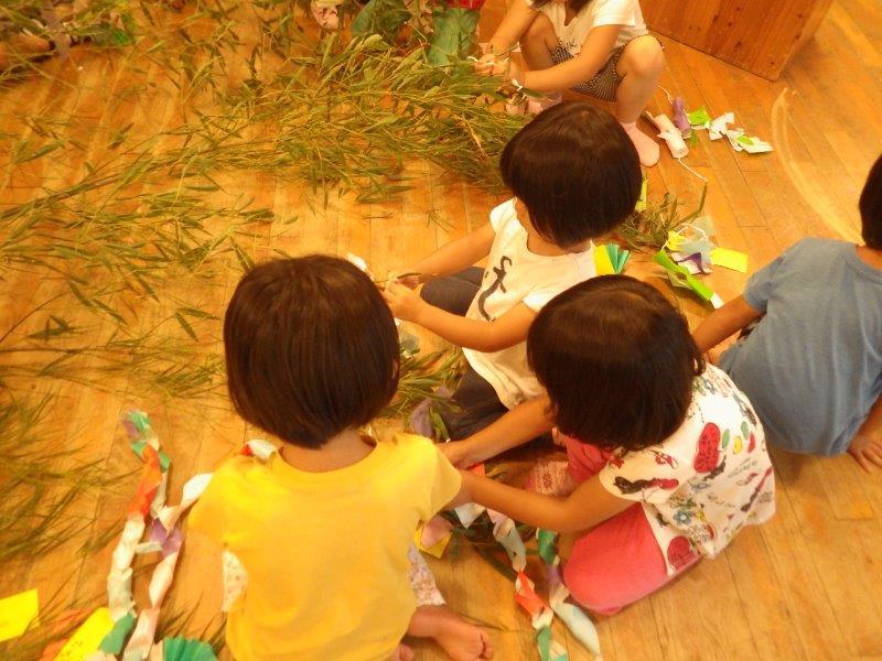 「笹飾り」笹飾りと短冊を笹につけました。この後みんなで「たなばたの」のわらべうたをうたって体を動かして楽しみました。