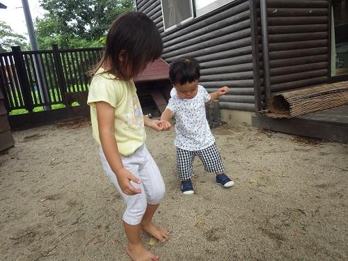 「ゆっくりゆっくり」1つ年下のお友だちに合わせて足元を見ながらゆっくり歩いてくれています。してもらって嬉しかったことを小さい子にも返してあげています。