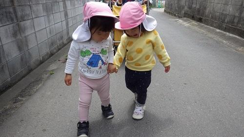 さんぽ:手を繋いで歩くとさんぽの楽しさがぐっと増えます♪手をつなぐってうれしいね