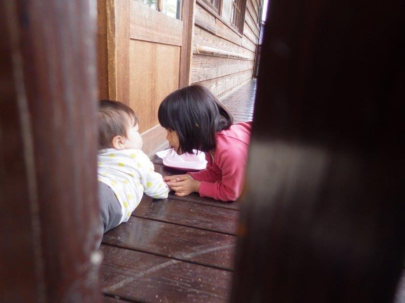 やまぐみ(5歳児)「小さい子が好きなやまぐみの子どもたち。小さい子もお兄ちゃんお姉ちゃんとの関わりの中でやさしくしてもらったりお世話してもらったりして、様々な繋がりの心地よさが心に残っていくのだろうなと思います。