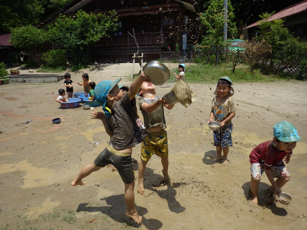 以上児(3、4、5歳児)広いグランドで水をかけ合ったり泥水の中にねころんだり!友だちと一緒にどろんこあそび満喫中です☆