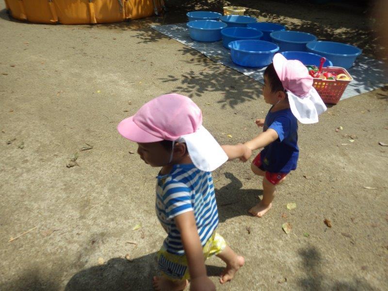 「プールあそび」かぜ・そら・やま組(3~5歳児)は大きいプール、つき組(2歳児)は丸プール、うさぎ・ひよこ組(1・2歳児)は専用タライプール。みんな気持ちよさそうに入っています。休憩タイムは絵本を読んでもらったり畑でできた野菜を食べたり☆