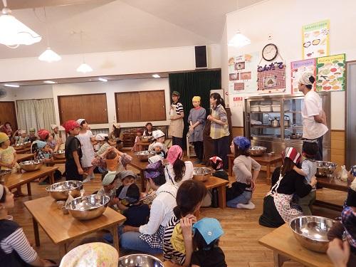 「料理講習会」今年はきな粉クッキーの料理講習会をクラス懇談会の前に行いました。子ども達が食べるおやつをお家の方と一緒に作りました。