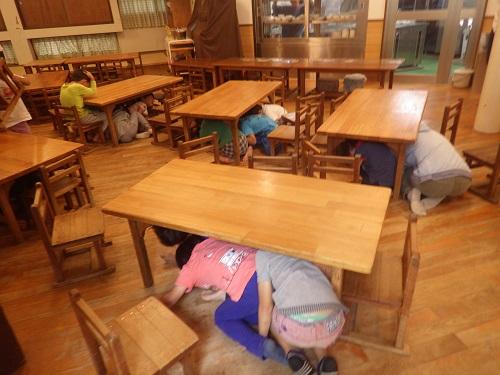 避難訓練。地震がきたら・・・どうしたらいいのかをみんなで考えました。
