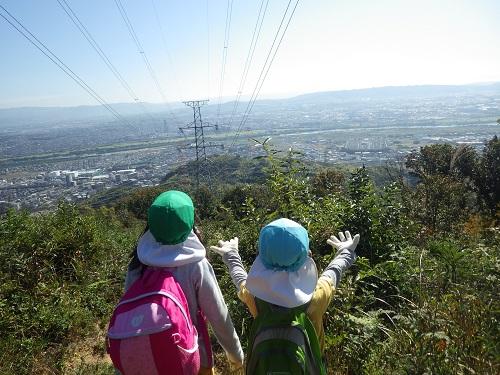 【秋の遠足】 夢中で登って、振り向いたら最高の景色!!(4歳児)