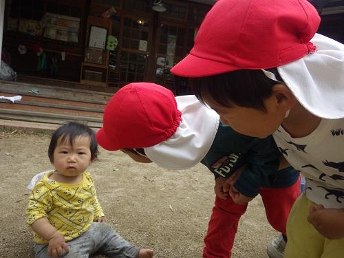 小さい子達が大好きな子ども達。やさしくしてもらったりお世話してもらうことが嬉しくて小さい子も自然と笑顔になり、安心していることが子ども達同士の関わりから伝えわってきます。