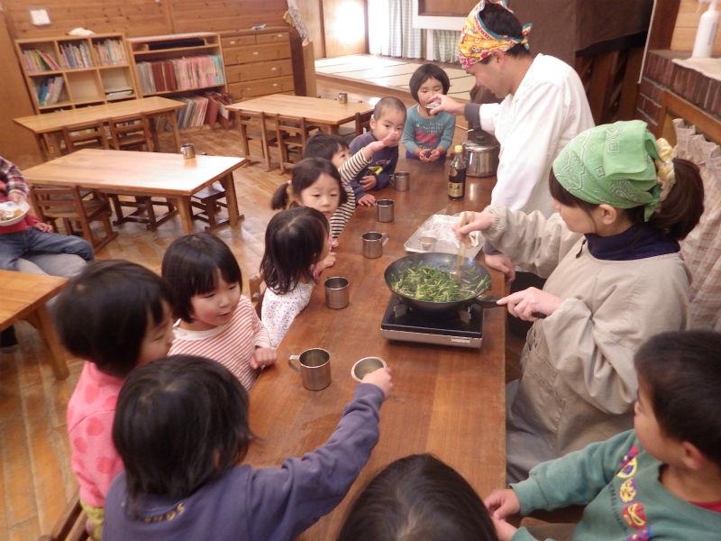 【3歳児(かぜ組)】育てた水菜を収穫しておいしく調理してもらいました。しょう油、酒、みりんにごま油で炒めてもらい、とってもいい香り。昼食時、ごはんにの上に乗せてもらっておいしくいただいました。